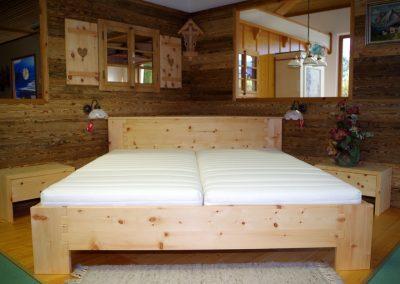 Ein Schlafzimmer aus Zirbenholz 1