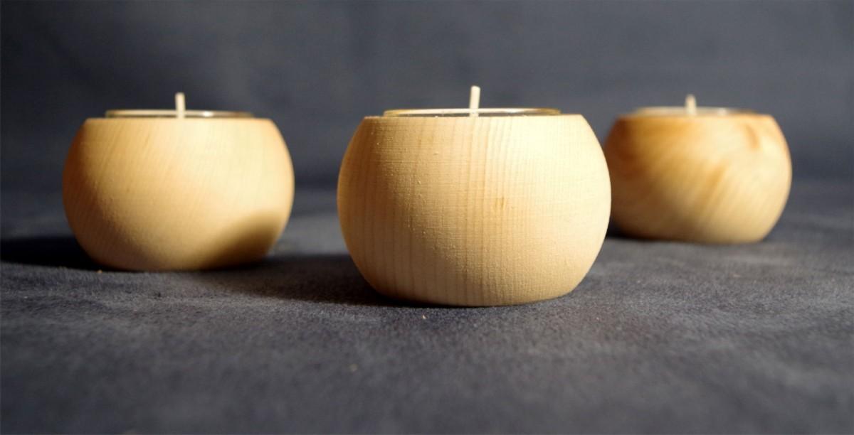 Teelichthalter aus Zirbenholz mit Glaseinsatz