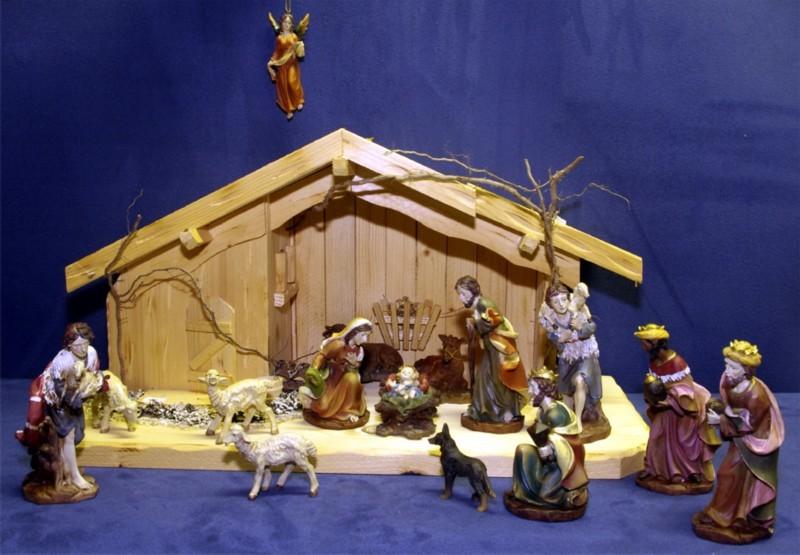 Weihnachtskrippe mittelgroß mit großen bemalten Figuren