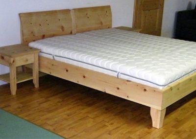 Handgefertigtes Zirbenholz-Doppelbett mit Nachtkästchen 1