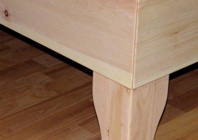 Handgefertigtes Zirbenholz-Doppelbett mit Nachtkästchen 5