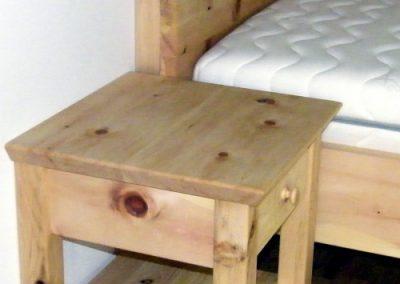 Handgefertigtes Zirbenholz-Doppelbett mit Nachtkästchen 2
