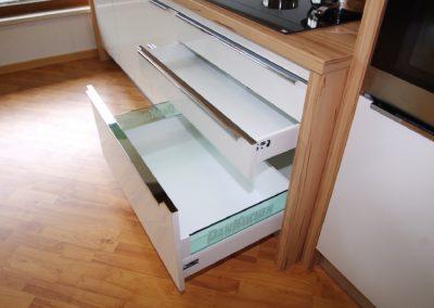 Dan Küche Andros geöffnete Schubladen