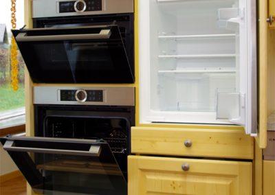 Alttirol Kühlschrank, Mikrowelle und Ofen geöffnet