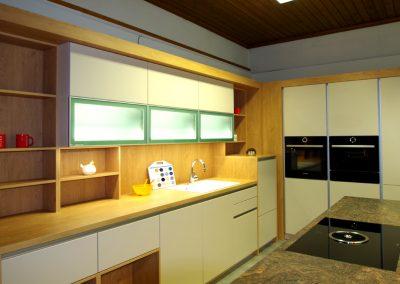 Sliderbild DAN Küche Lionga Gesamtansicht beleuchtet