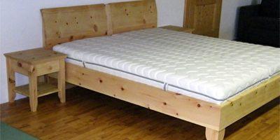 Handgefertigtes Zirbenholz-Doppelbett mit Nachtkästchen